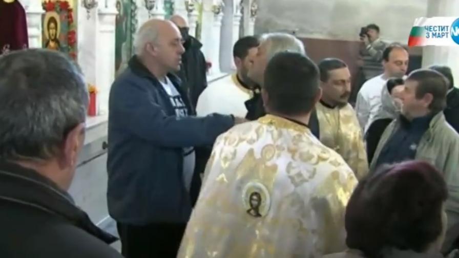Миряни нахлуха в църква в Петрич, бой със свещеници