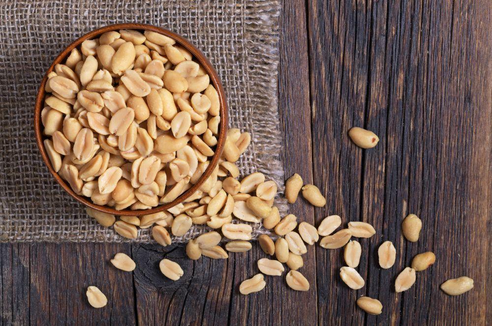 <p><strong>Фъстъци</strong></p>  <p>Съдържат най-много витамин B3 и фолиева киселина, вероятно защото растат под земята. Това ги прави подходяща храна по време на бременност. Понижават риска от сърдечен удар, предпазват от Алцхаймер и други дегенеративни проблеми. Подобно на кашуто, фъстъците съдържат оксалати и трябва да се избягват от хора с проблеми с бъбреците или жлъчката.</p>