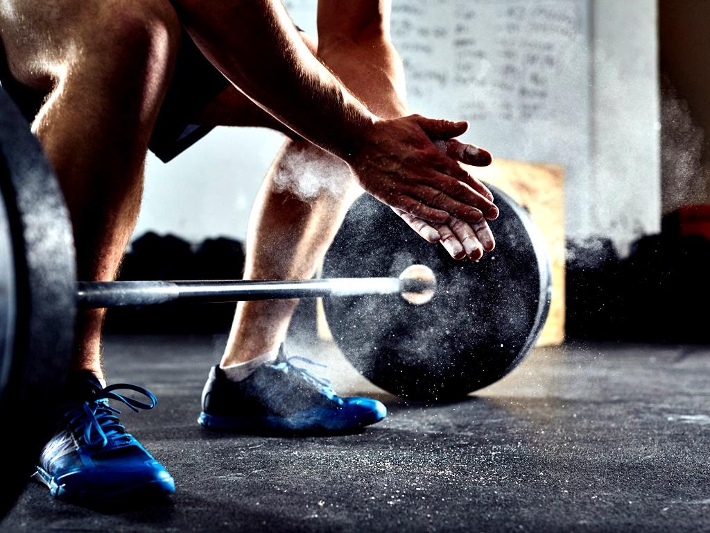 Силова тренировка<br /> Вдигането на тежести не е само за бодибилдърите и всеки здраво мислещ човек трябва да си избие тази мисъл от главата. Ако не използваме мускулите си, те губят своята функционалност и сила с времето. Освен това силовите тренировки горят калории, помагат за запазване на теглото, правят костите ни по-силни и помагат на мозъка да работи по-добре. Когато започваме да тренираме с тежести обаче е важно да се консултираме с експерт, за да се подсигурим, че няма да се нараним. Винаги се започва с малко килограми и повторения и с времето се надгражда. Не се хвърляйте на големите тежести, само и само да покажете колко сте силни по природа.