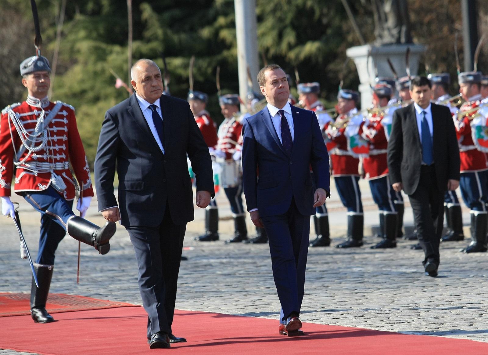 """Пред храм """"Св. Александър Невски"""" се проведе церемония по посрещане на председателя на Руската федерация Дмитрий Медведев. Той е у нас по покана на премиера Бойко Борисов."""