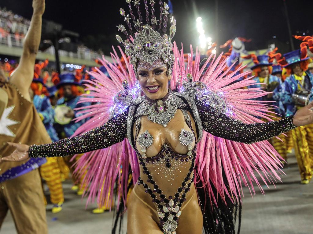 Гостите и жителите на бразилския град показаха не само уникалните си костюми, но и уменията си по самба по време на първата вечер от 5-дневното събитие, чийто край ще постави началото на 40-дневните Великденски пости.