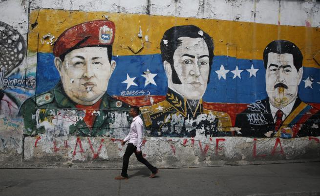 На снимката: Стенопис, изобразяващ покойния президент на Венецуела Уго Чавес, герой за независимост на Латинска Америка Симон Боливар и президента на Венецуела Николас Мадуро на 30 януари 2019 г. в Каракас, Венецуела.