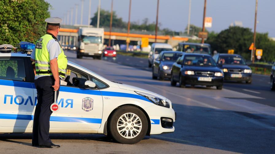 <p>Жена брани с тяло колата си от полицаи (видео)</p>