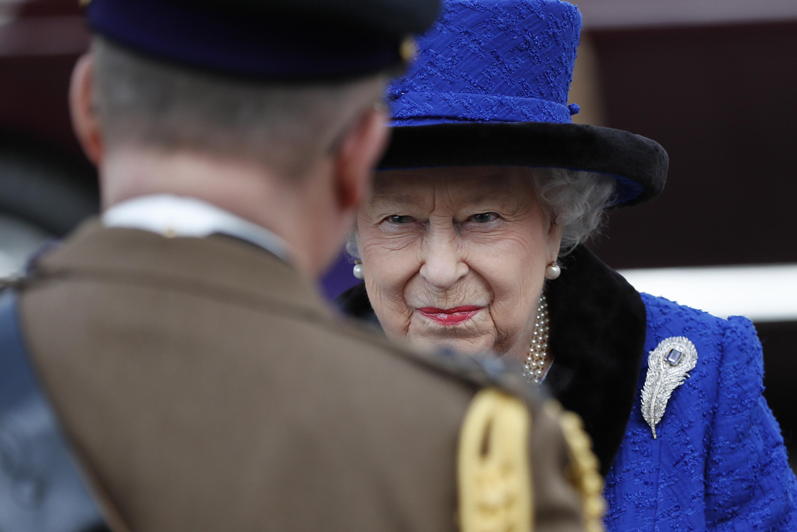 Кралица Елизабет II.Тя е първият монарх, който изпраща децата си в интернати, за да ги спаси от вечно дебнещите медии. Има силно развито чувство за дълг и прилежност и ръководи умело и ефективно кралските дела.