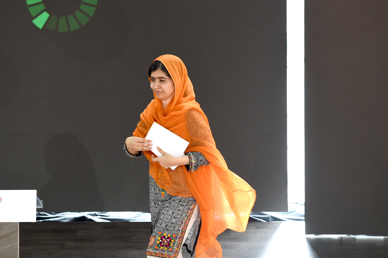 Малала Юсафзаи от Пакистан.От ранна тийнейджърска възрастМалала заема активна гражданска позиция срещу ограниченията, налагани върху женската част от населението от страна на религиозни фанатици, създавайки публикации за Би Би Си.Момичето дейно подкрепя правото на образование за жените в страната, в която живее. Малала е горд носител на Нобелова награда за мир.