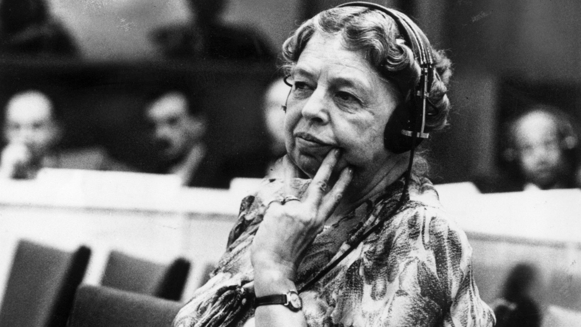 """Елинор Рузвелт: """"Жените, които се държат прилично рядко правят история""""."""