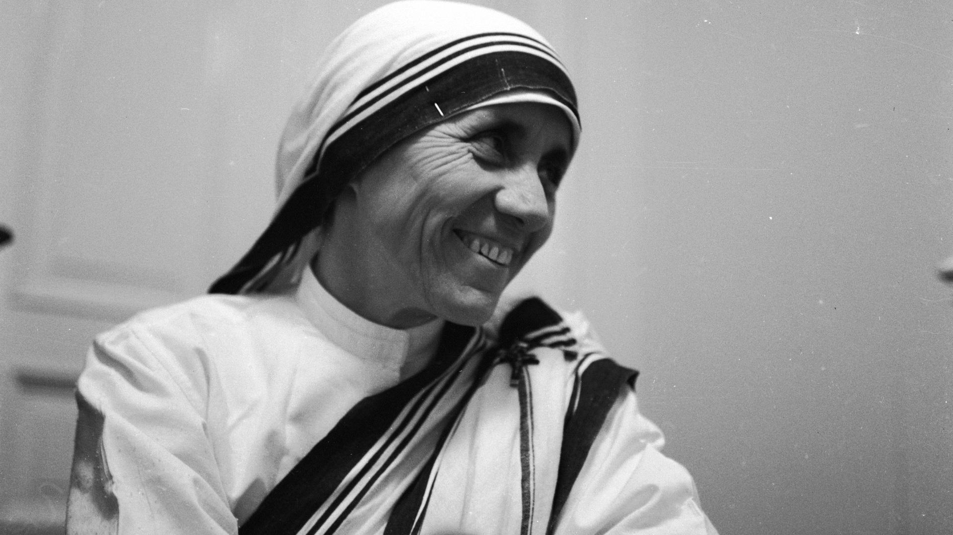 """Майка Тереза: """"Аз сама не мога да променя света, но мога да хвърля камък във водата, за да създам много вълни""""."""