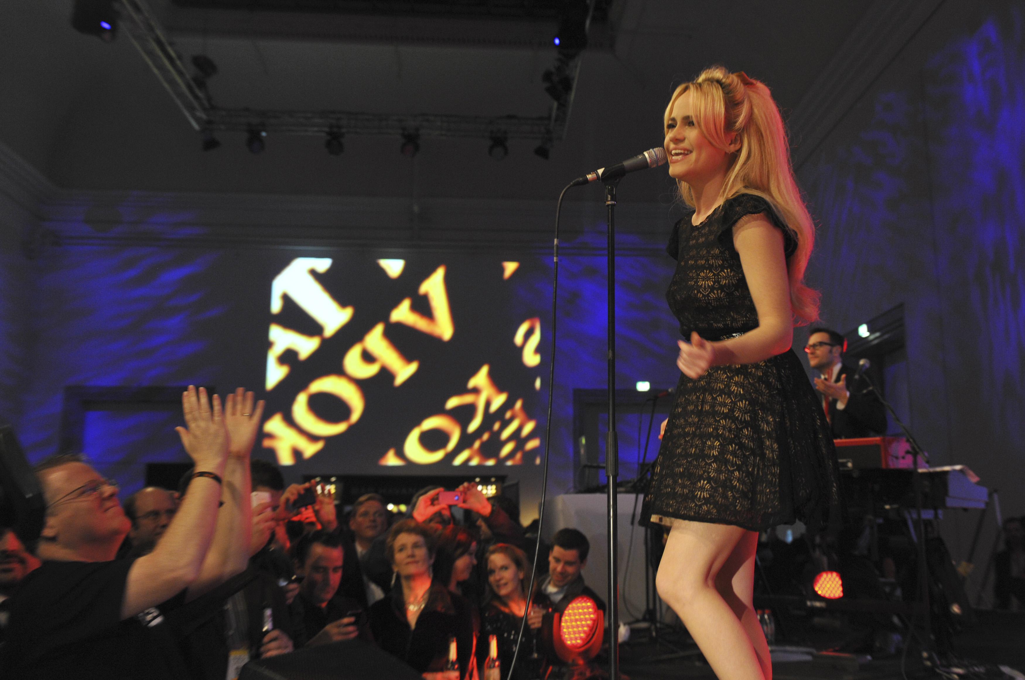 """След като печели """"Грами"""" и тринагради БРИТ през 2009 г. за албумаRockferry.Дъфи беше на път да бъде най-голямата соул певица от Уелс след Шърли Беси.Тя продаде милиони копия на хитовите си сингли Mercy и Warwick Avenue. По време, рекламната кампанията за известна диетична газирана напитка, нещата започват да се променят за певицата.Успехът започна да кара Дъфи да се чувства неудобно."""