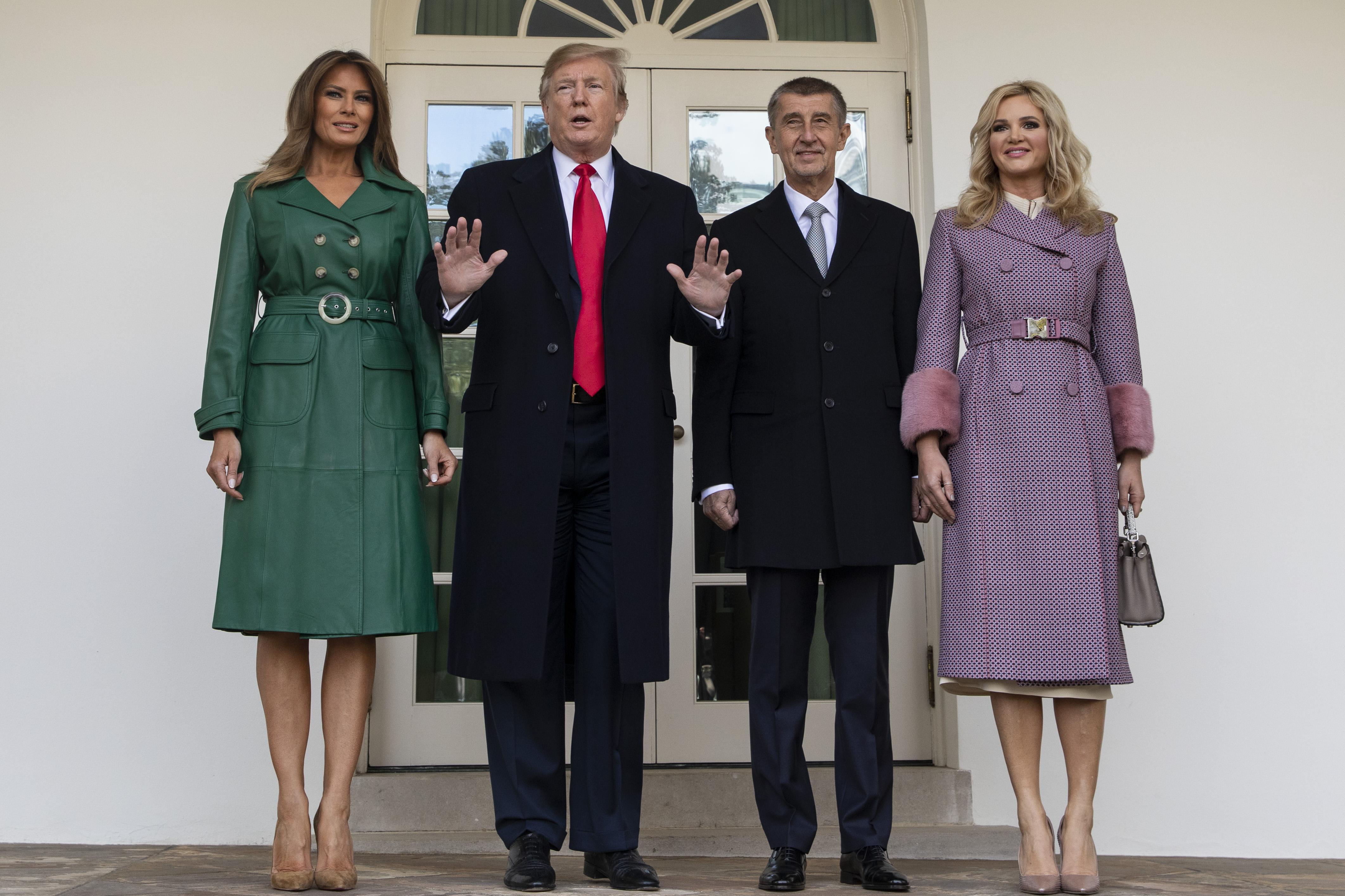 Доналд Тръмп попадна в неловка ситуация по време на срещата си с чешкия премиер Андрей Бабиш и неговата съпруга Моника.