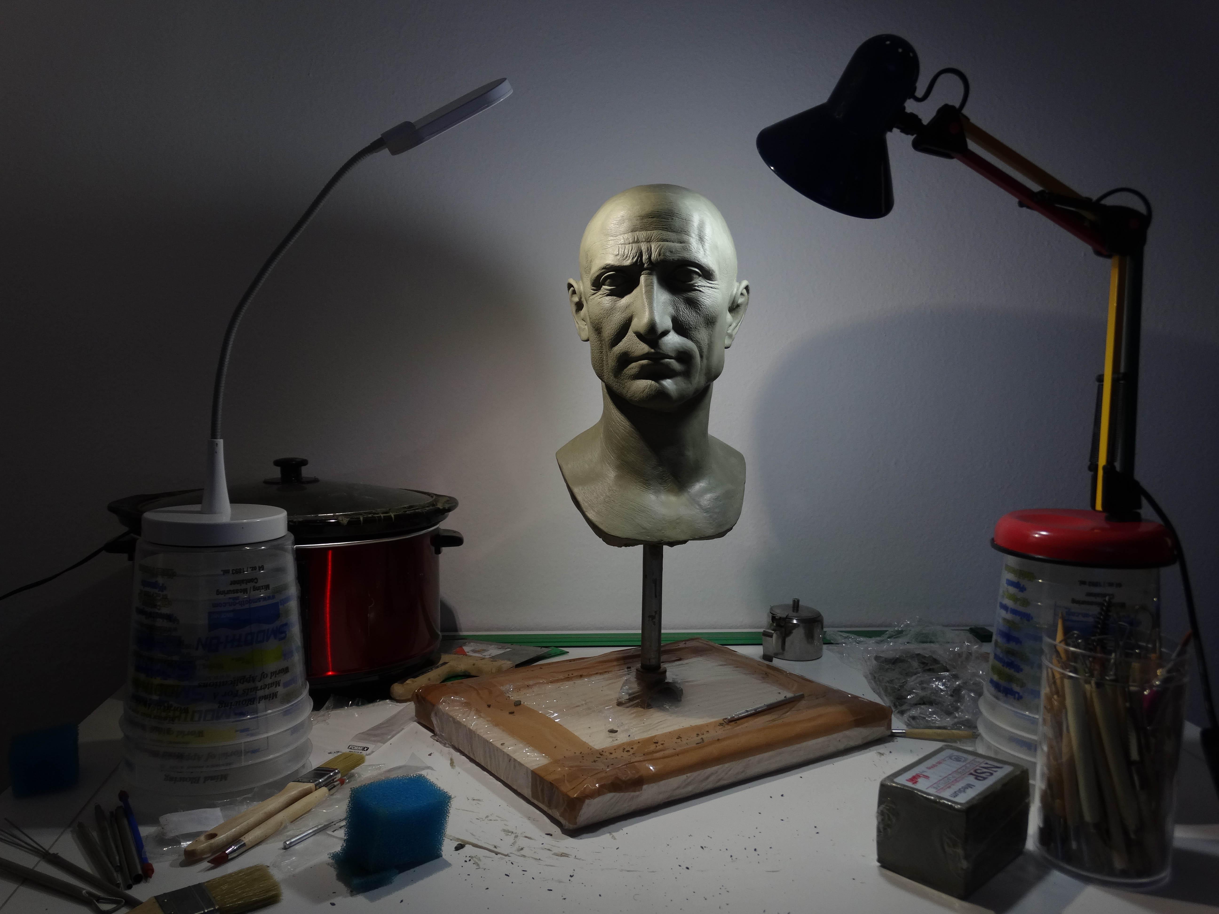 Гай Юлий Цезар е римски пълководец, политически лидер и писател, и една от най-влиятелните личности в световната история. Цезар изиграва важна роля в трансформацията на Римската република в принципат.