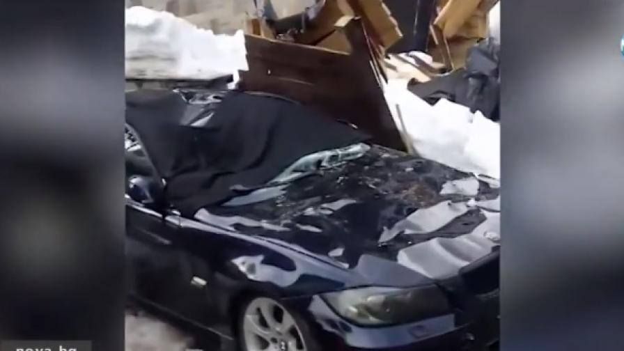 Сняг падна от покрив, смачка четири коли