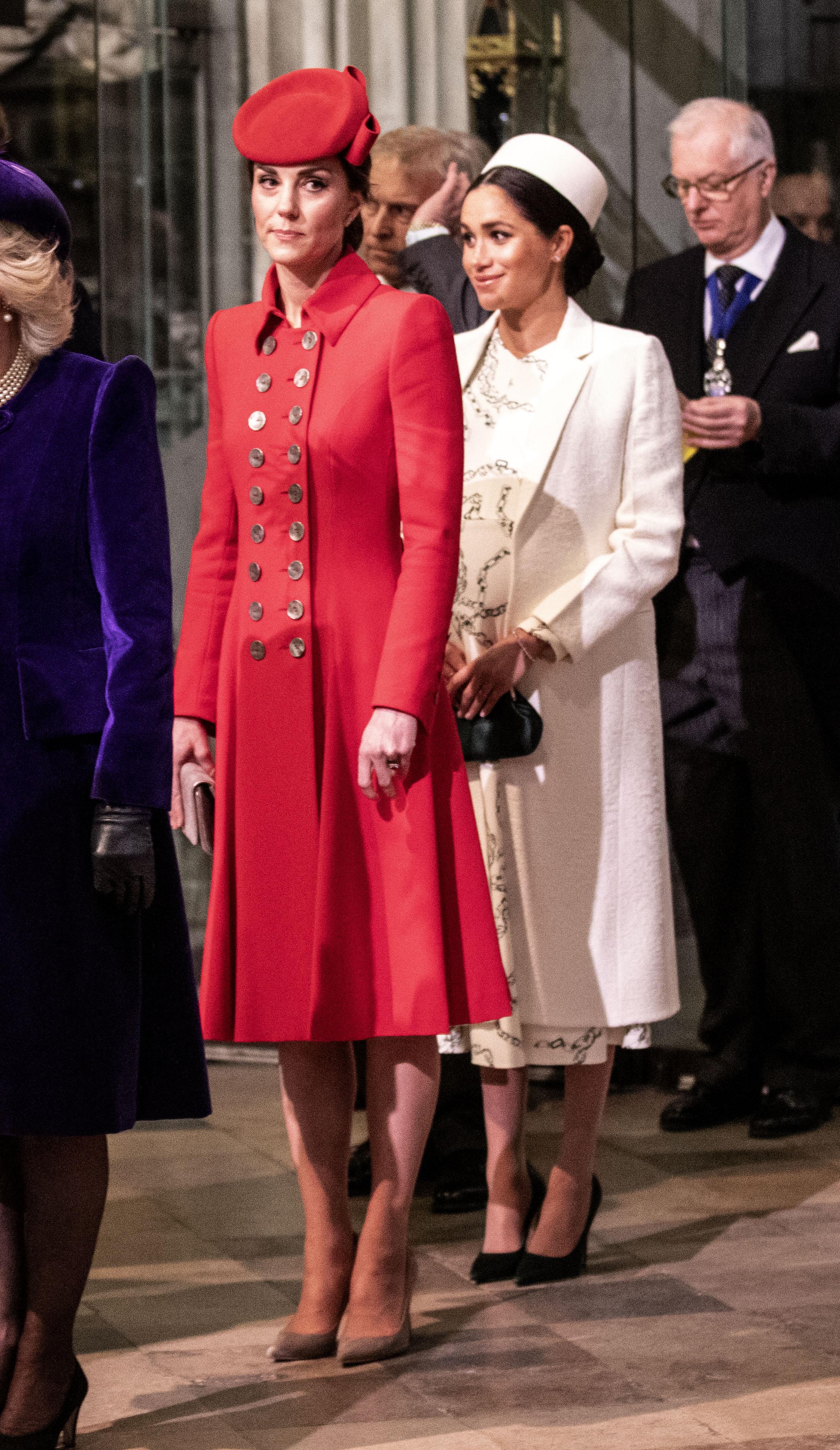 На смело червено палто с копчета и шапка в същия цвят беше заложила Кейт Мидълтън.Визията ѝ беше завършена с чантичка и обувки в сиво