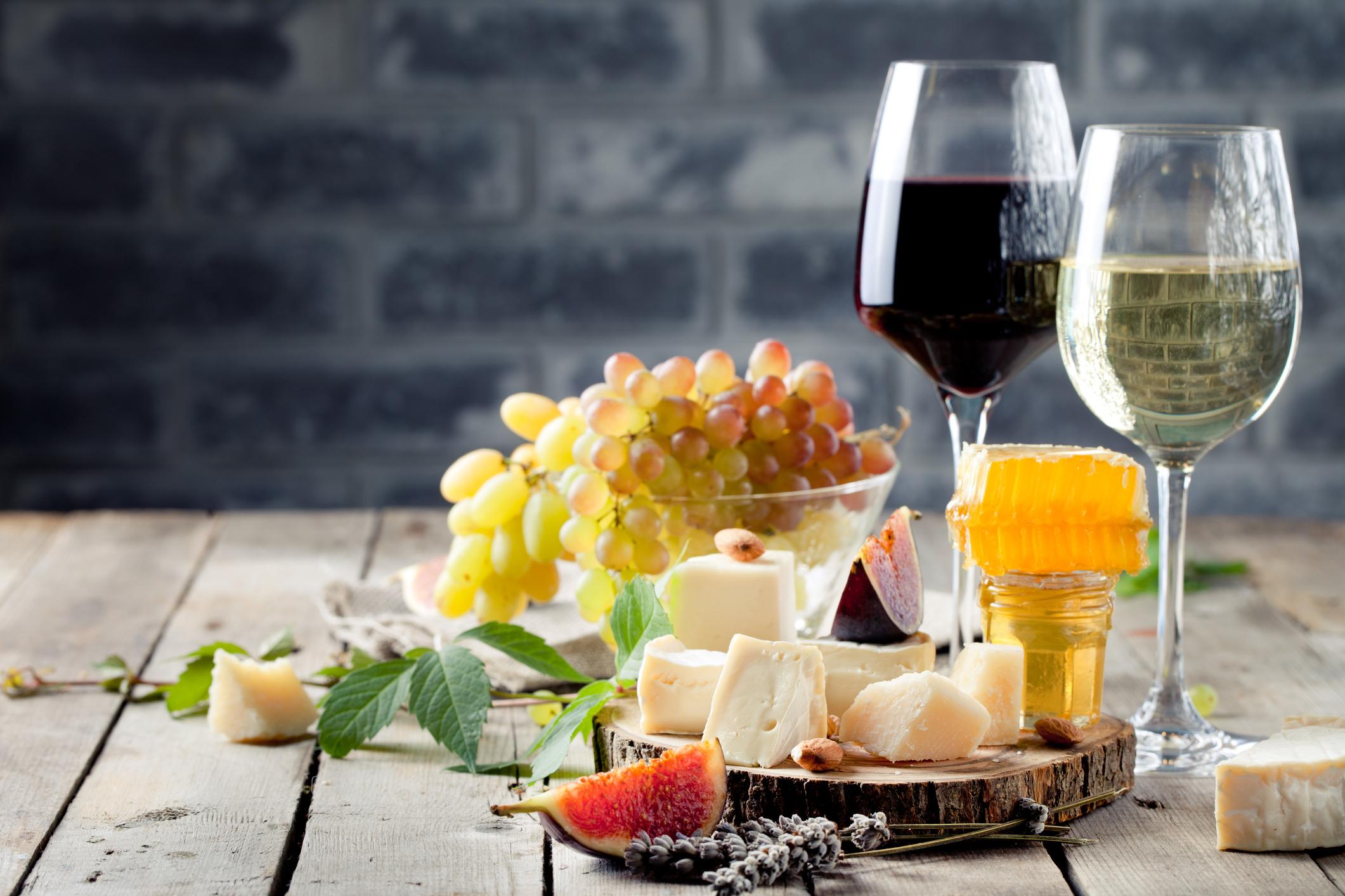 3.Франция<br /> <br /> Франция по подобие на Испания е позната с хубавото си вино. Но там освен това можете да се насладите на цяла гама от сирене и кашкавали. В Южна Франция човек може да опита едни от най-ароматните сортове грозде, а френските сладкиши са обичани по целия свят.