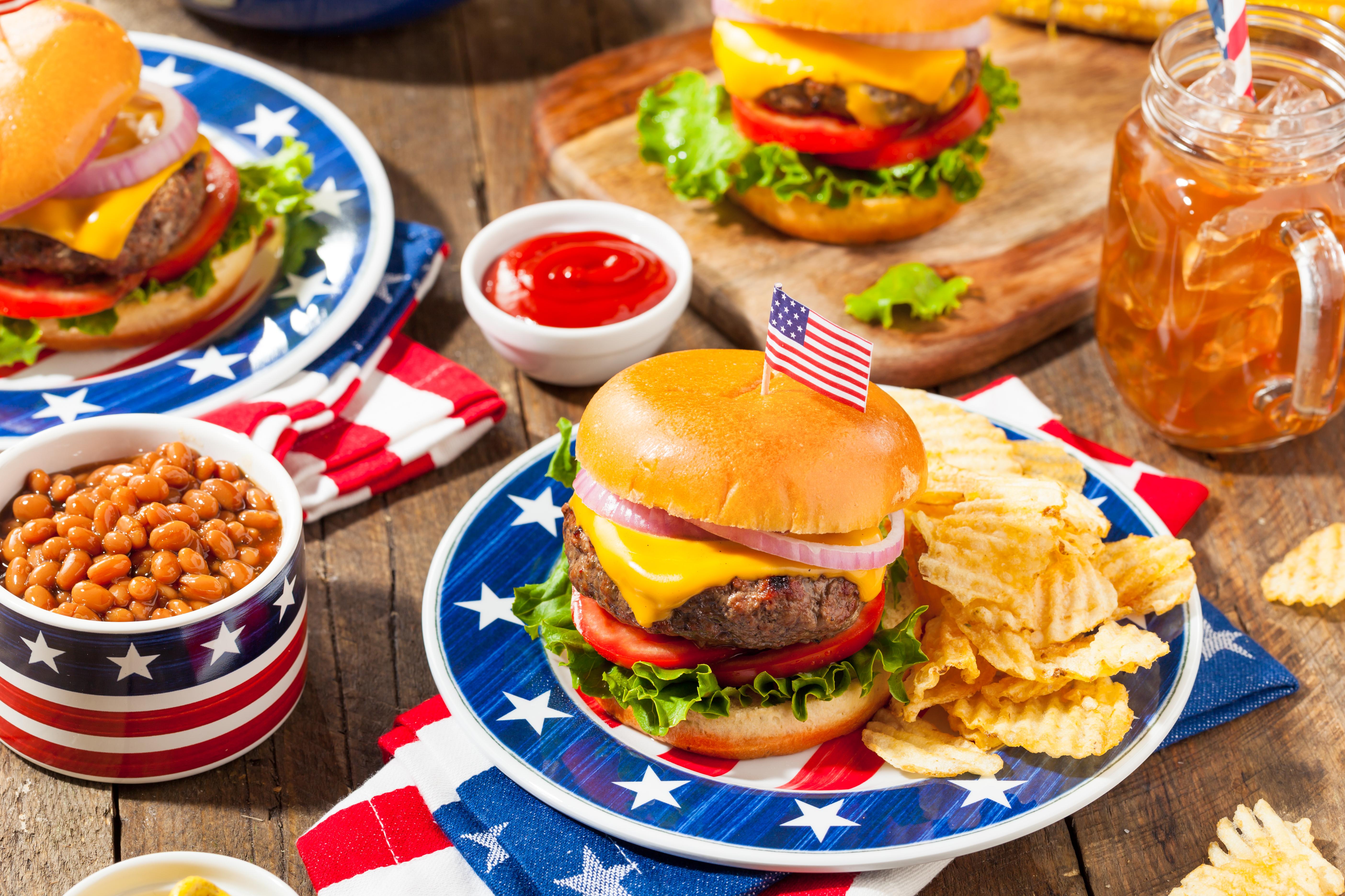 """10.САЩ<br /> <br /> Американската кухня е популярна, защото в себе си съчетава най-доброто от страните, наложили се като кулинарни гурута. Класическият американски чийзбургер и курабийки с шоколадови парченца са се превърнали в символ на американската култура. Минусът е за опакованите храни и полуфабрикатите, както и наложената традиция на така наречената """"бърза храна""""."""