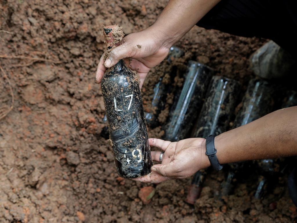 В периода на прибиране на реколтата, между януари и февруари, туристите могат да участват в процеса на събиране и мачкане на гроздето, последвано от погребението на бутилките, които вече са преминали през десетмесечната ферментацията в дъбова бъчва. След това посетителя, ще има право на номерирана бутилка и ще поеме ангажимента да се върне шест месеца по-късно, на Фиеста де Сан Мартин, за да изкопае собственото си вино