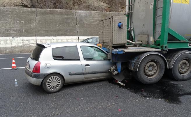 Кола се вряза в цистерна на Е-79