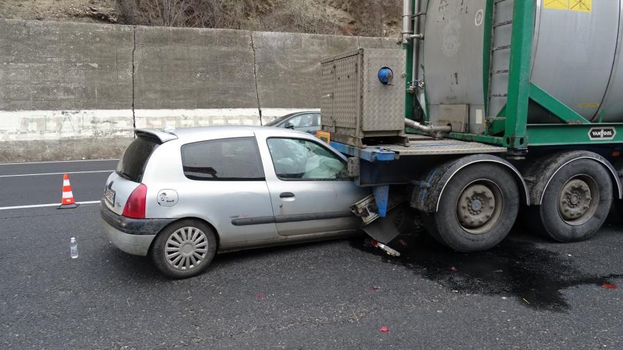 <p>Кола се вряза в цистерна на Е-79</p>