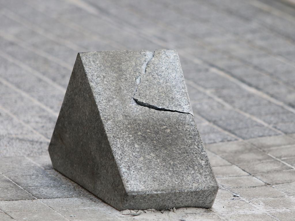 """Oстрите каменни ограничители по ул. """"Граф Игнатиев"""" ще бъдат премахнати, това обаче ще стане, когато се проучат всички възможности за смяната им"""