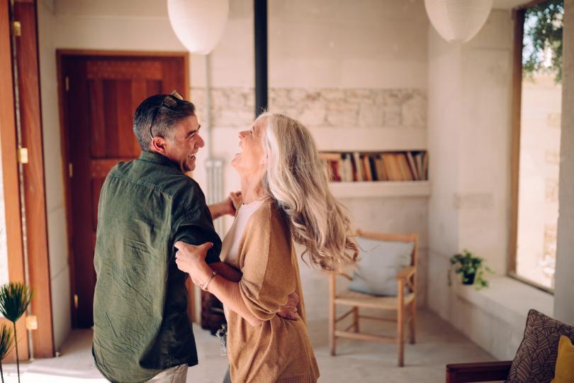 <p>Някои от мъжете, участвали&nbsp;в изследването за книгата&nbsp;&bdquo;По-възрастни жени, по-млади мъже: нови възможности за любов и романтика&ldquo;,&nbsp;споделят, че не са се ориентирали умишлено към намирането на по-възрастна от тях жена:</p>  <blockquote> <p>&bdquo;Не си търсех по-голяма жена, както и Каролина не търсеше по-млад мъж, но това просто се случи. (Тогава аз бях на 39, а тя &ndash; на 55.) Връзката ни е изключителна, защото не е основана единствено върху секс, а на доверие, уважение и любов.&ldquo; &ndash; Паоло, 64 г.</p> </blockquote>