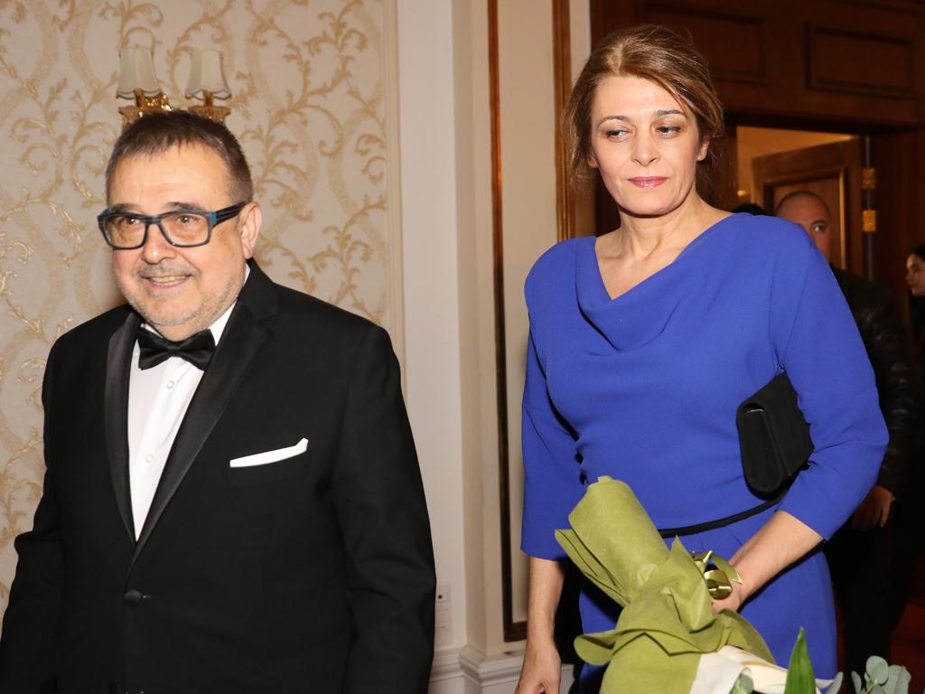 """Радева бе облечена в синия тоалет, с който бе на срещата с кралица Елизабет. Роклята е дело на Невена Николова, която взе и наградата за дизайнер на годината на церемонията """"Златна игла""""."""
