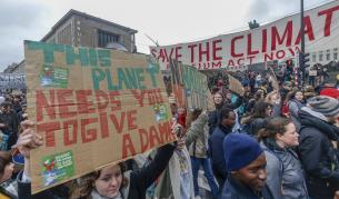 Ученици от цял свят протестираха, номинираха 16-годишна за Нобел