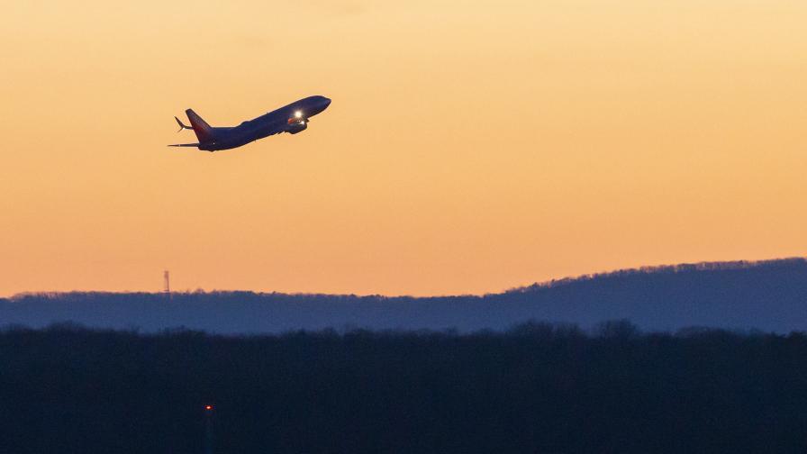 Боинг 777 гори в небето (снимки)