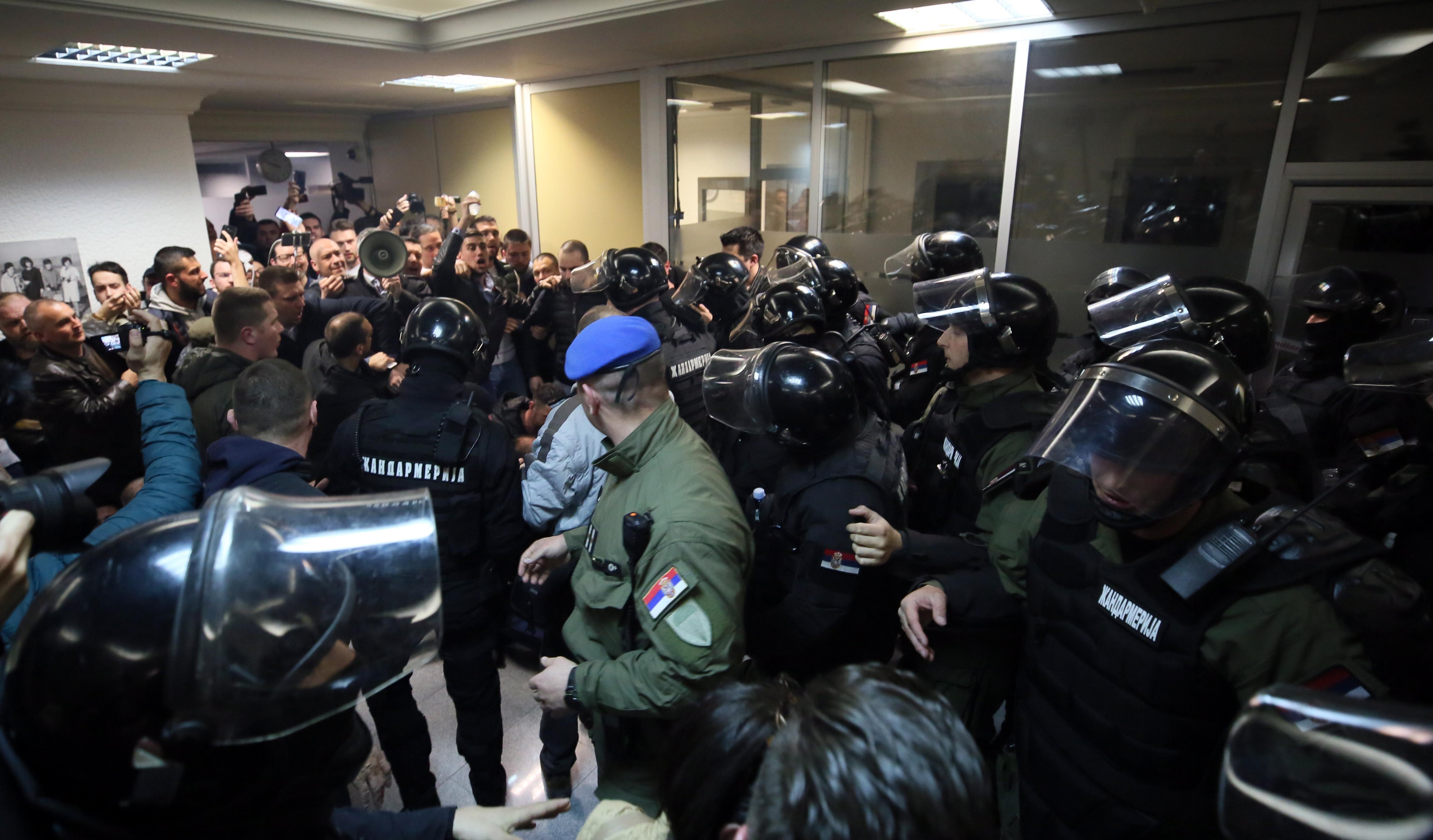 На снимките: Демонстранти атакуваха кордон от жандармерията; Снощи протестиращите нахлуха в сградата на държавната телевизия РТС