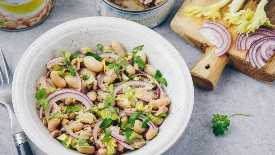 Бобена салата с риба и домати
