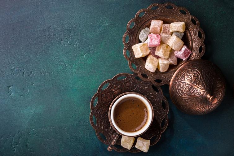 Кафето върви с локума<br /> Друга стара традиция е да научиш учтиво дали гостът е бил удовлетворен е като сервирашлокум заедно с кафето.Ако гостът е доволен от домакина, тойизяжда локума.Макар тази традиция да е вече поизбледняла, в днешно време турското кафе може да се сервира и с други сладки изкушения освен локум, като например шоколад.