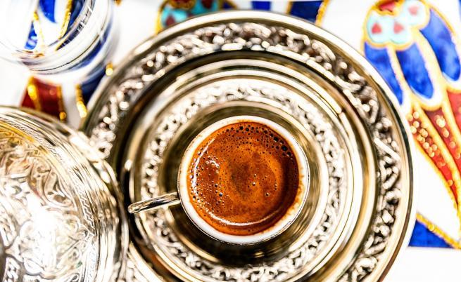 Защо турското кафе винаги се сервира с чаша вода