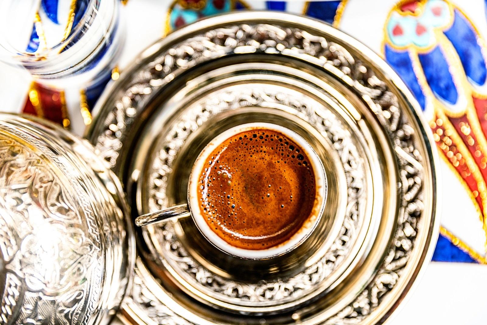 Детайлът, без който кафето няма да е същото<br /> <br /> От гледна точка на културните традиции на турско кафе без пяна не се гледа с добро око, по редица причини е желателно да я има, когато човек пие чаша кафе. Всъщност е напълно възможно да чуете някого да поръчва хубав, богат слой пяна, поръчвайки си турско кафе. И нещо по-важно, пяната помага на кафето да се запази топло за дълго време.