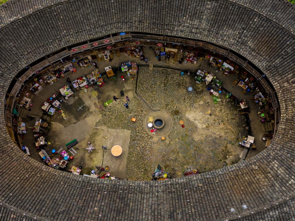 """Тулу е истинско свидетелство за богатството, което може да се намери в Китай и пример за ефективност, стойност и полза, които могат да бъдат извлечени от колективния стил на обитаване. През 2008 г. ЮНЕСКО предостави на Tulou """"апартаментите"""" статут на световно наследство, посочвайки сградите като изключителни примери за уникална и функционална традиция в строителството."""