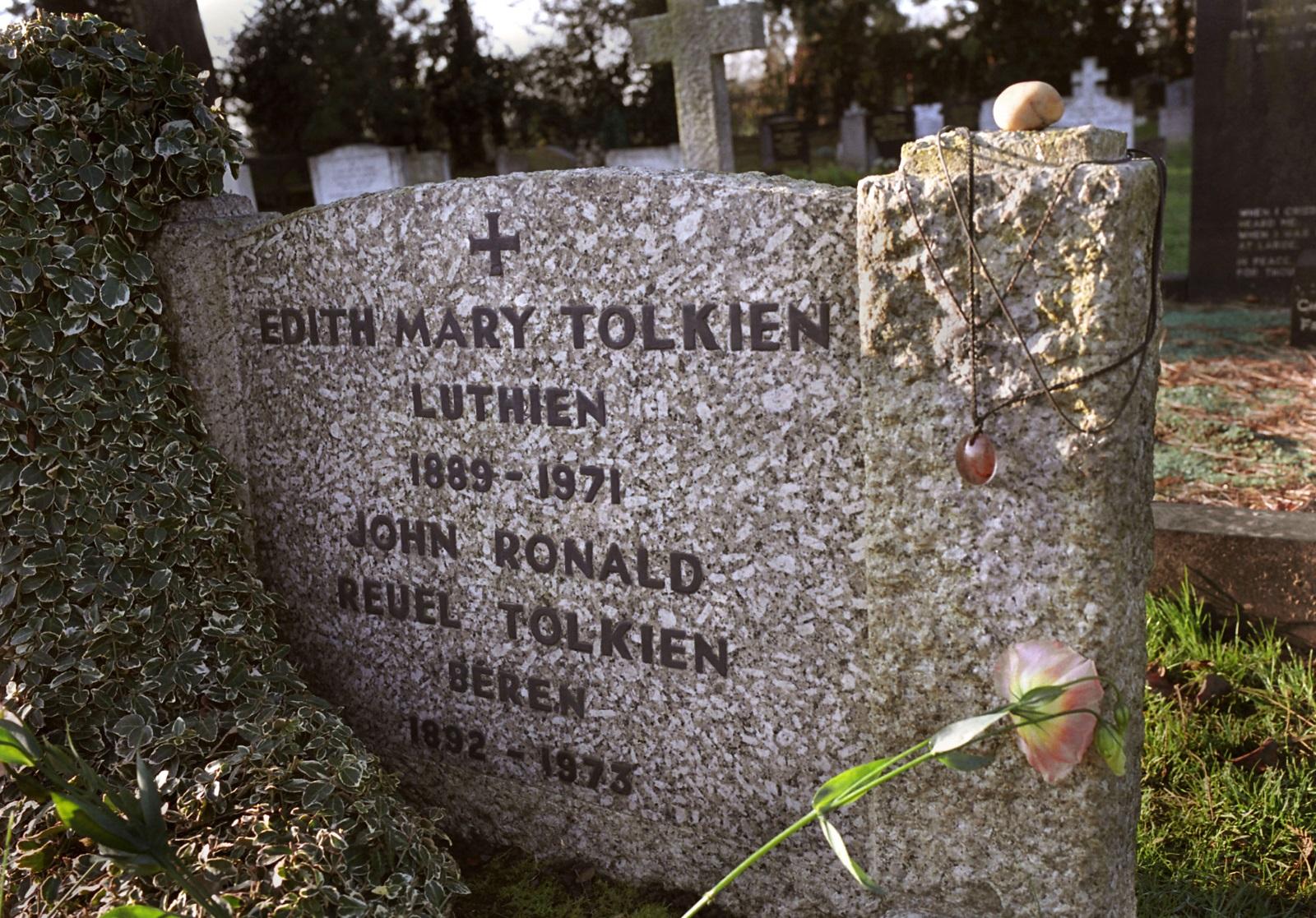 """Но този жанр може би не би съществувал, ако не беше хобито на Толкин да си измисля езици. Самият той споделя, че е написал """"Властелинът на пръстените"""", за да докаже, че не си е губил времето в измисляне на нов език."""