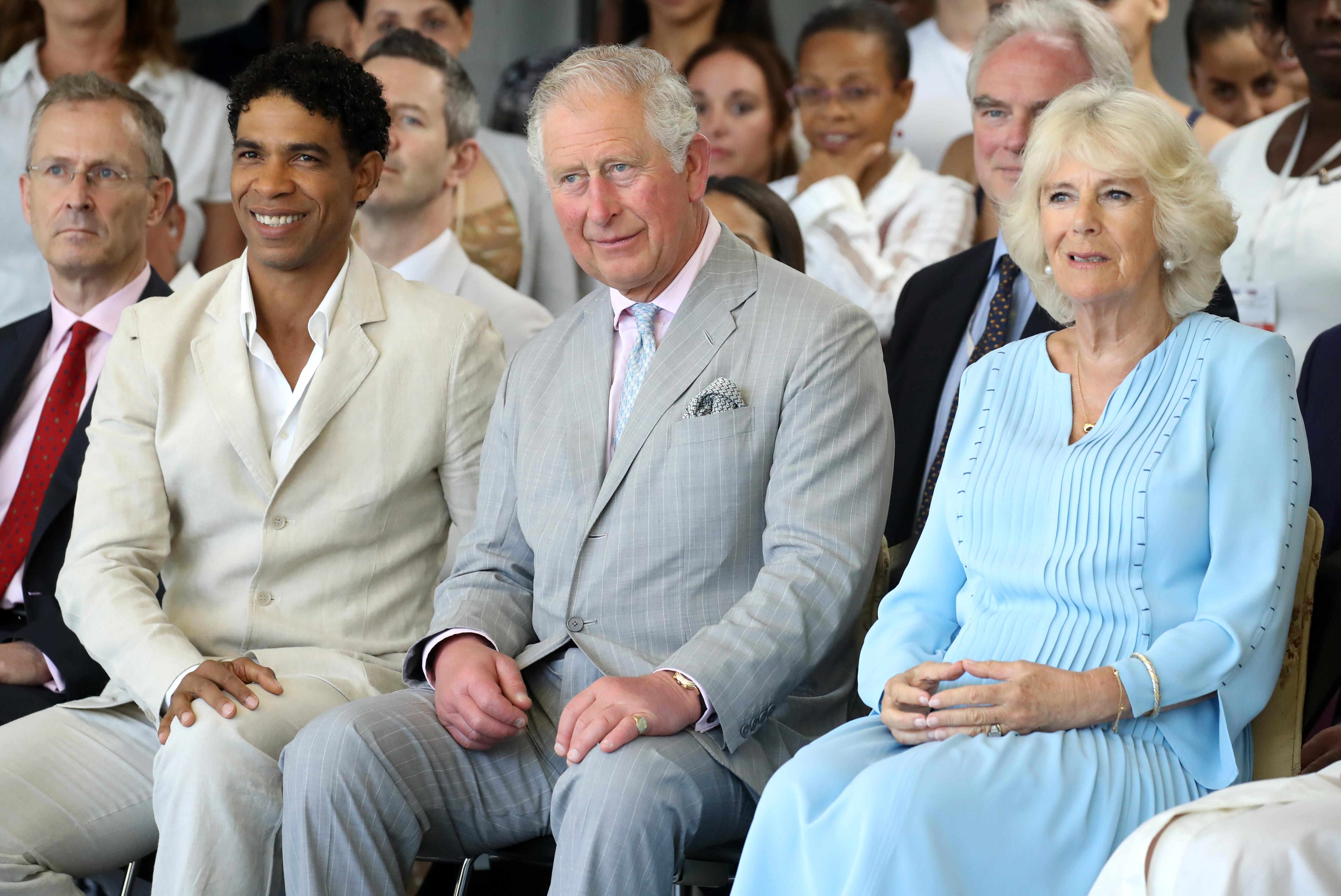 Британският престолонаследник влезе и в частна бръснарница, където приседна на старинен стол и се разговори със собственичката.