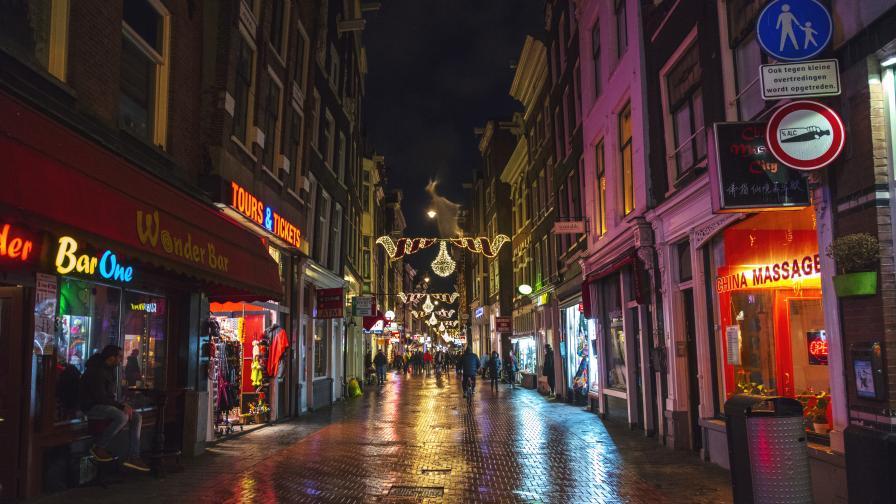 Амстердам ще забранява леките наркотици за чужденци, иска да спре наркотуризма