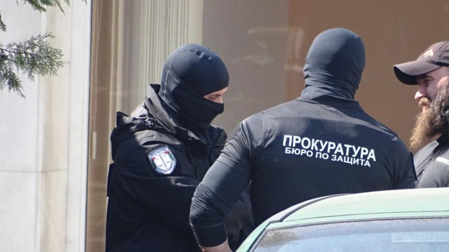 <p>Престъпна група продавала автомати със заглушители в Казанлък</p>