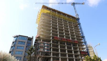 """Ще бутнат ли небостъргача """"Златен век"""", така иска кметът"""