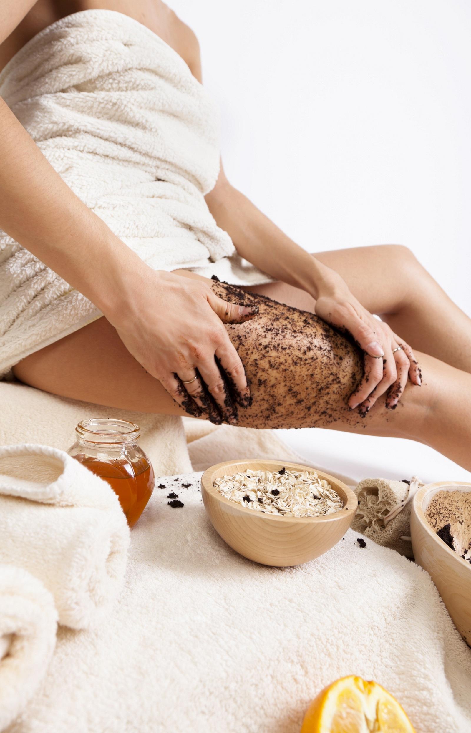 Можете да натискате и по-силно, за да проникне в кожата и кофеинът да започне да разбива мастните депа. По този начин кожата става гладка, еластична и мекичка.