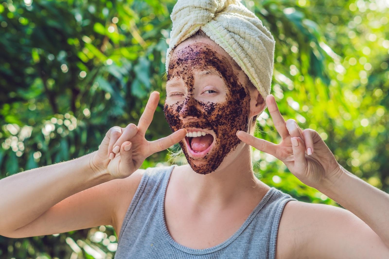 Маска за лице<br /> За бляскава кожа може да си направите страхотна маска, която включва 2 с.л. кисело мляко и 1 с.л. кафе.