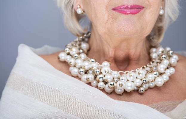 Съхранила красотата и стила си възрастна дама