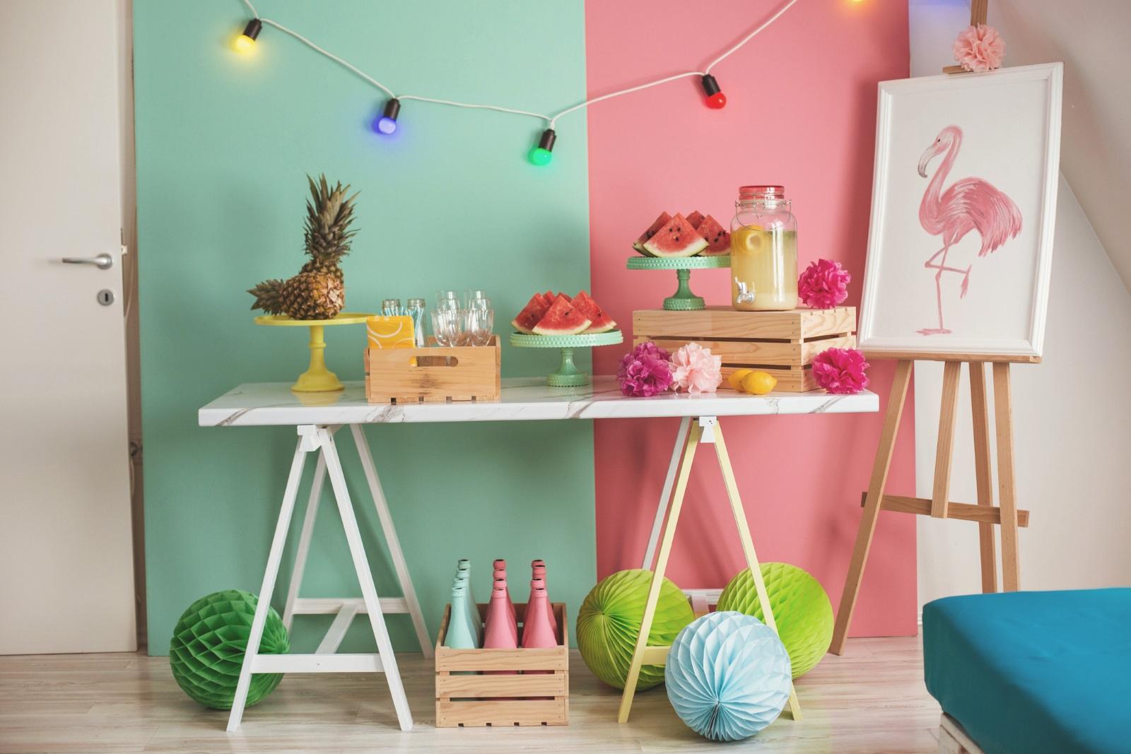 Освежете стените на дома с ярки цветове, защо не, сезонът предразполага. Може, разбира се, да не пребоядисвате цялата стая, а само една стена от нея, така ще се получи още по-голям ефект.
