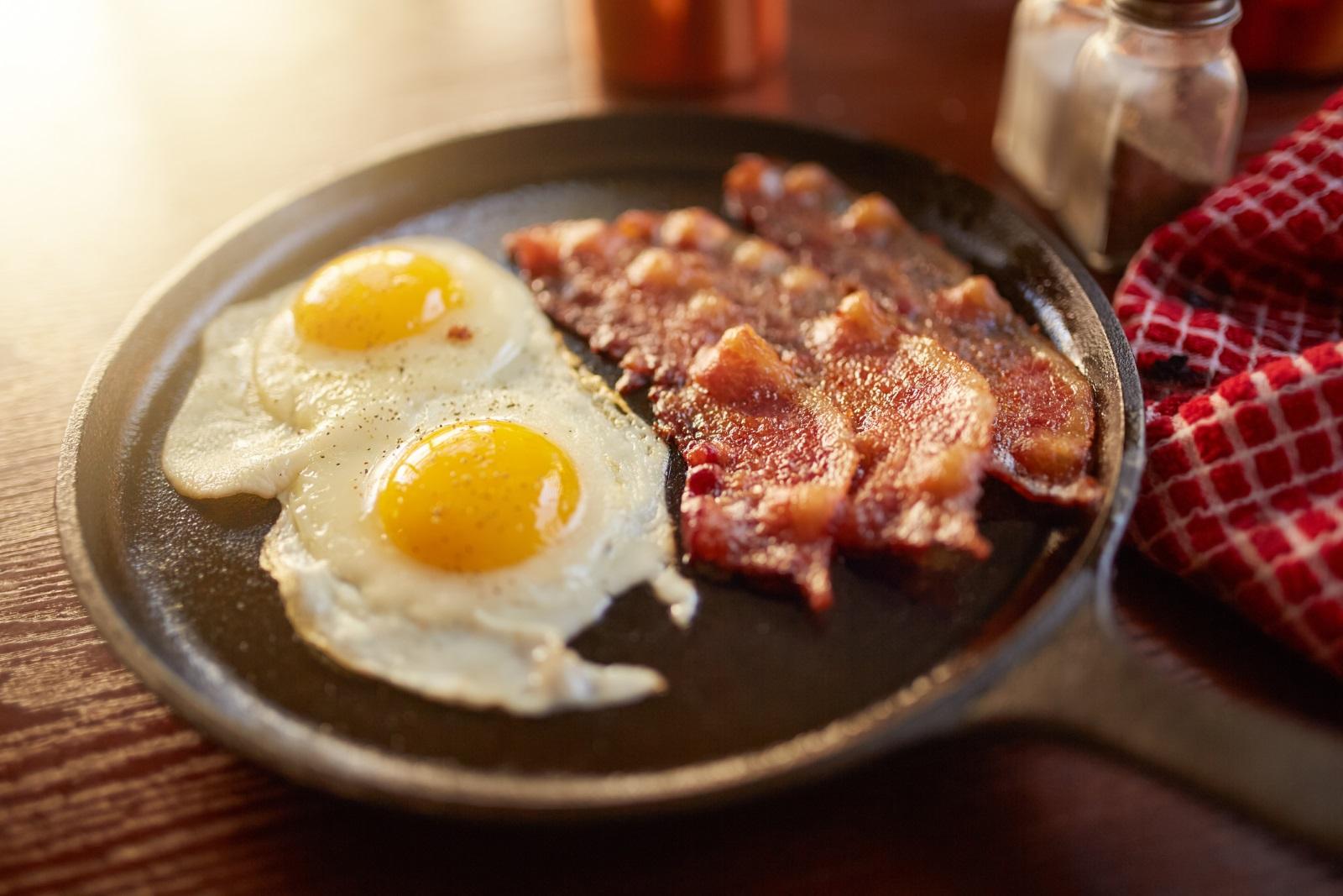 Везните се нуждаят от стабилно хранене на закуска, за да се заредят със сили и енергия за предстоящия ден. Набавят си ги с класическите яйца и бекон.