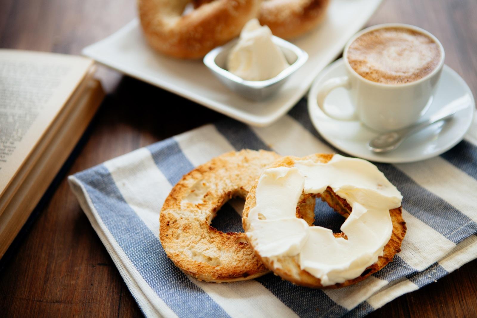 Топъл геврек с масло или крем сирене е любимата закуска на Скорпионите.
