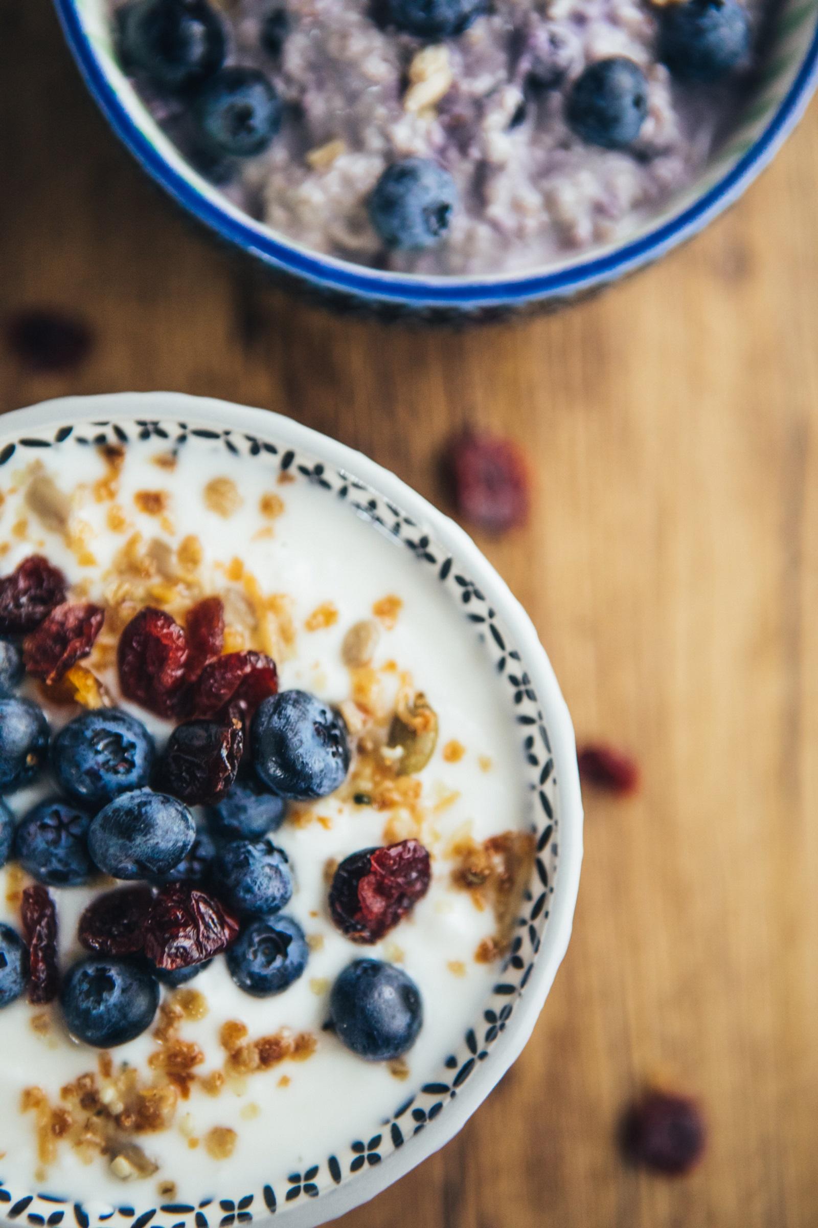 Класическа закуска за Раците - мюсли с кисело мляко и плодове.
