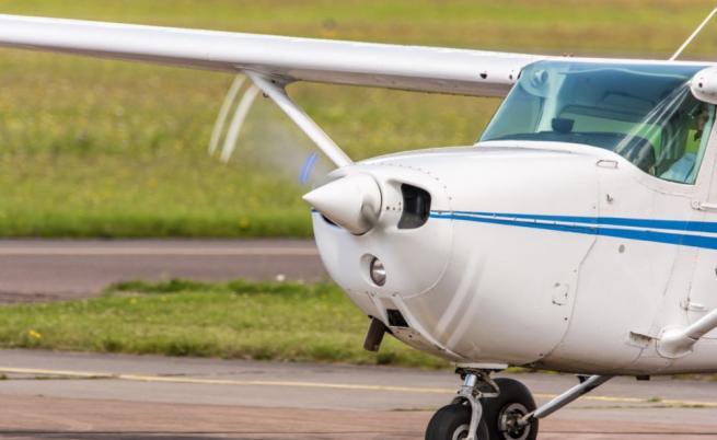Ливада като летище, бракуван самолет, а лети, пилот без разрешително