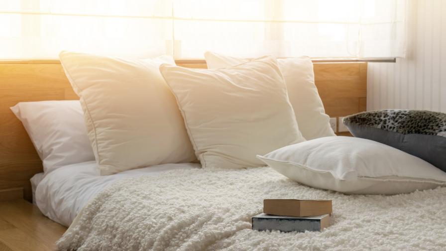 Възглавници.<br /> Всеки има по 1 или 2 възглавници в леглото си. Но трябва да знаете, че не е хубаво да ги използвате повече от две години. Това е така, защото възглавниците събират много прах. Платът на възглавницата поглъща и мъртвите клетки от скалпа ви, ако ги използвате прекалено дълго. В такава среда лесно започват да живеят различни бактерии. Препоръчително е да се сменят на 2-3 години.