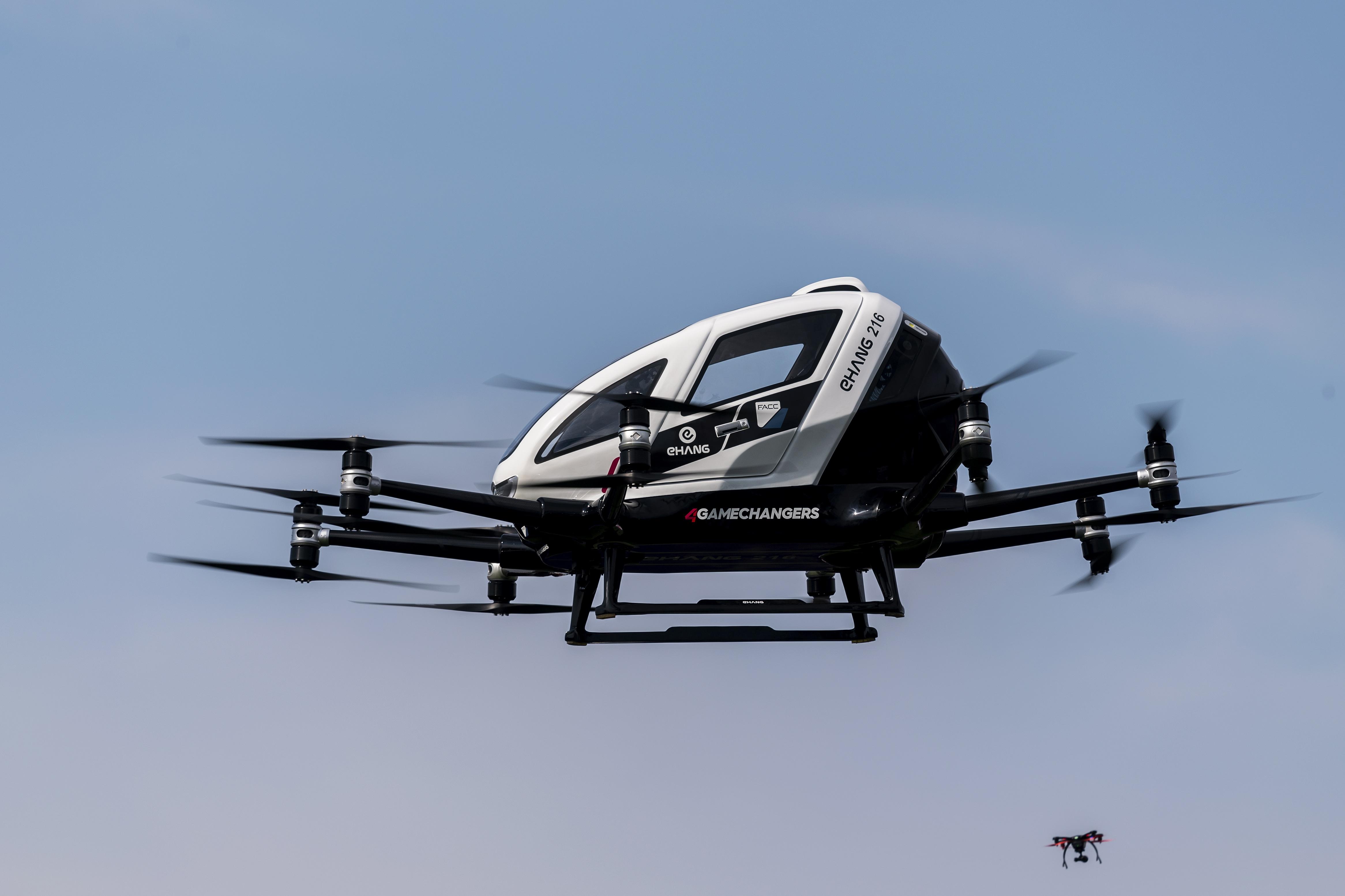 Двуместния автономен пътнически летателен апарат (AAV) може да побере двама души с тегло до 260 килограма и да достигнат до 130 километра в час при максимален обхват на полета от 35 километра и минимум 30 минути продължителност на полета