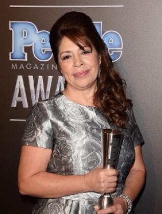 """Нора Сандиго с наградата на списание """"Пийпъл""""."""