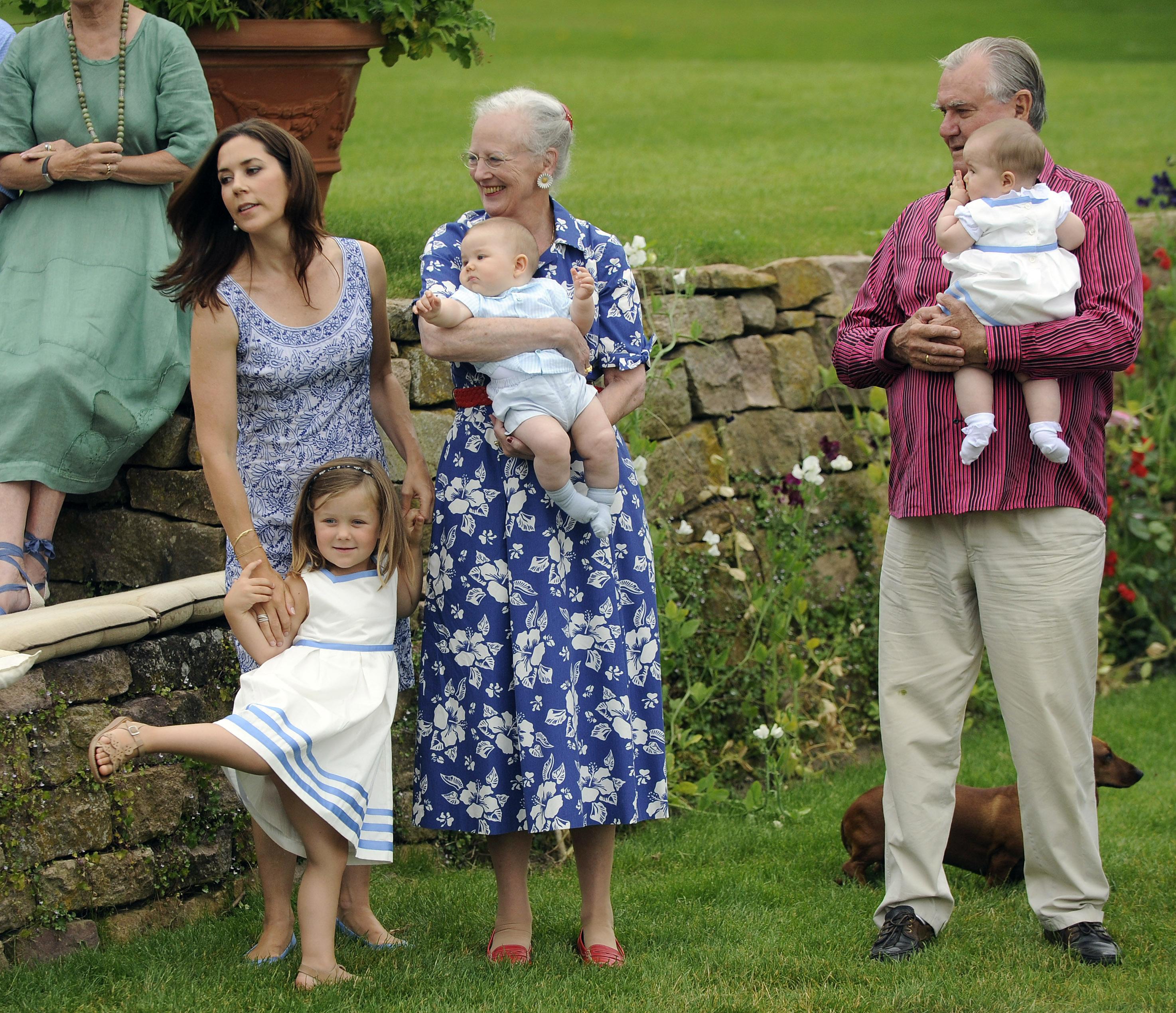 Още един интересен факт е, че всичките осем внука на кралицата посещават държавни училища, без да се създава излишен шум около тях.