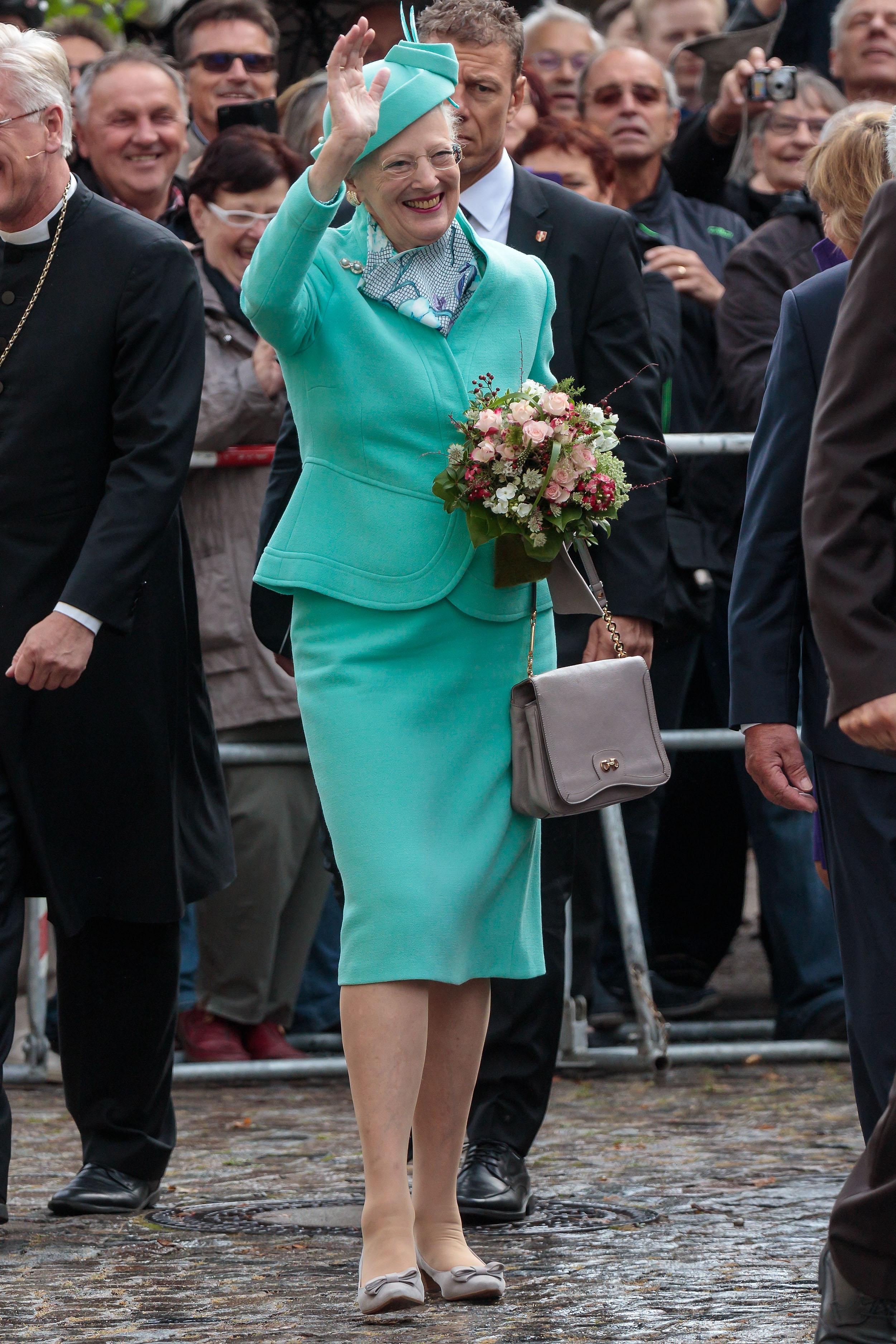 """Всъщност, датската кралица обича да създава сама дизайна на повечето си дрехи и често решенията ѝ са похвално смели като за дама на нейната възраст (78 години) и с нейната """"професия"""", пишат още от Edna.bg."""